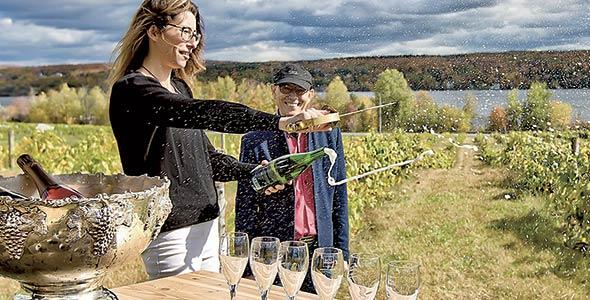 Le vignoble Le Cep d'Agent, qui offre une activité de sabrage dans les vignes, fait partie de la Route gourmande Memphrémagog. Gracieuseté des vendanges Magog-Orford