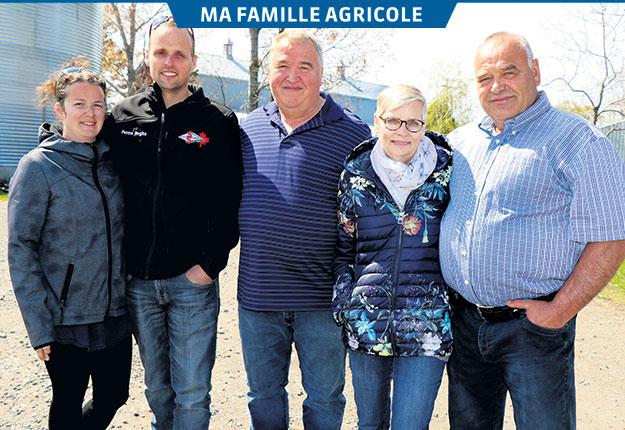 Mylène Bourque, Simon, Paul-André, Lynda Bossé et son mari, Gilles, sur la terre familiale des Michaud. Photos: Gracieuseté de la famille Michaud