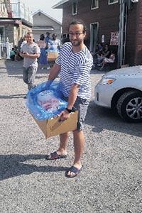 Victoire! Une heure plus tard, Khaled et son père ressortent de l'abattoir avec de la viande d'agneau fraîche et découpée. Ils sont prêts à prendre la route vers McMasterville pour rejoindre le reste de la famille et les amis.