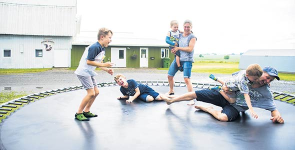 La vie à la ferme comporte son lot d'avantages pour les enfants, dont un «terrain de jeu illimité».