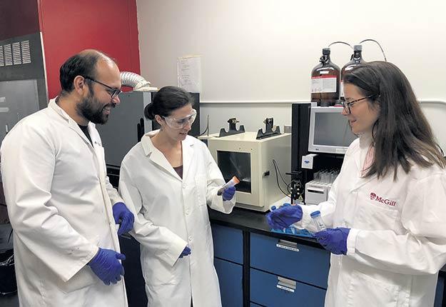 Avec l'aide de son équipe de recherche, Marie-Josée Dumont, à droite, professeure agrégée au Département de génie des bioressources de l'Université McGill, cherche à valoriser les résidus de filtration du lait. Photo : Université McGill
