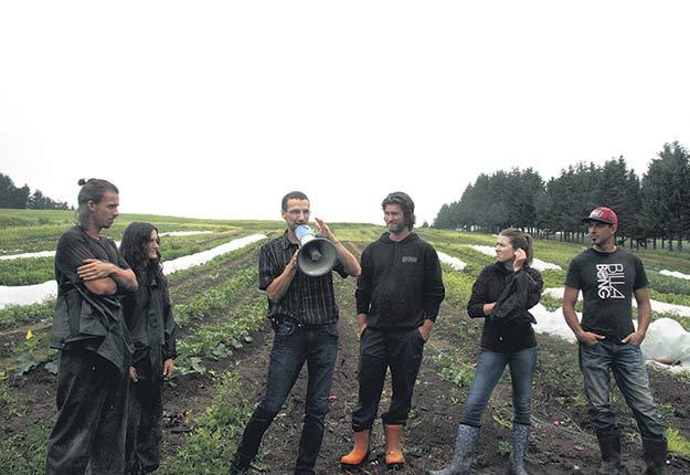 L'agronome Xavier Desmeules (au centre), responsable du camp d'entraînement agricole, entouré des participants Raphaël Tremblay-Bouchard, Julia Roy, David Simard, Marie-Michèle Méthot et David Lavoie. Photo : Véronique Demers/TCN