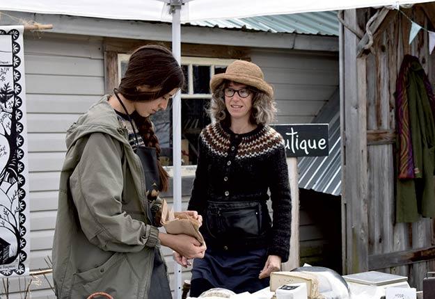 Cybèle Clerson et Julie Labrecque, de la ferme Les Brousailles, à Martinville, font partie du circuit des Têtes fromagères. Photo : Gracieuseté des Broussailles