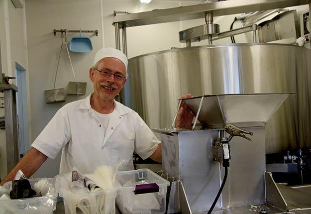 «C'est un projet de retraite, une deuxième vie», affirme Raymond Métayer, passionné de la production laitière et fromagère établi à Saint-Cyprien-de-Napierville, en Montérégie. Photo : Julie Mercier/TCN
