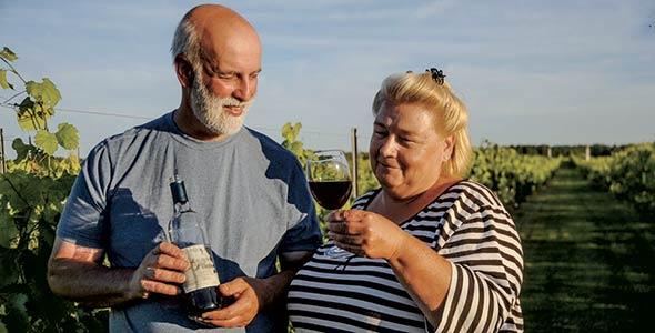 Charles L'Écuyer et Charlotte Reason, du vignoble La Charloise, un des arrêts de la Route des alcools de Lotbinière. Photo : Gracieuseté de La Charloise