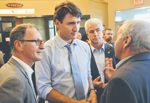 Le bilan agricole du gouvernement Trudeau varie selon les secteurs de production. Sur la photo, Justin Trudeau discutant avec des producteurs du Saguenay–Lac-Saint-Jean en novembre2017. Photo : Guillaume Roy/Archives TCN