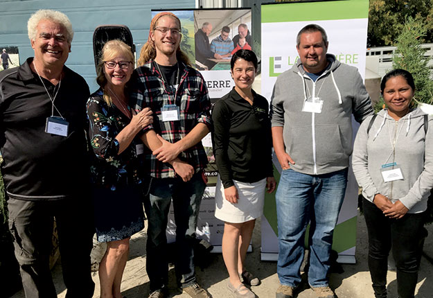 Daniel Bérard et Denise Paquette, accompagnés par Alexandre Russell, Isabelle Hardy, Éric Boucher et sa conjointe Daniela Lopez. Photo : Hélène Veilleux