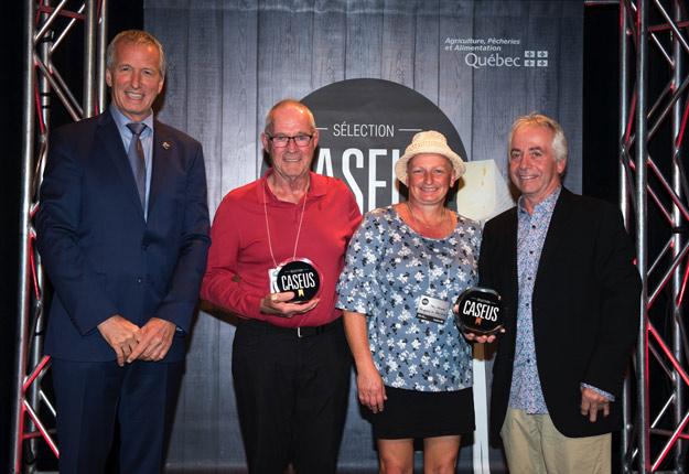 Le ministre de l'Agriculture du Québec remet le Caseus d'or à l'équipe de la Fromagerie du Presbytère. Crédit photo : Sélection Caseus