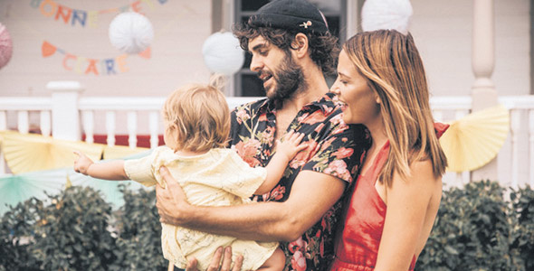 Alex Nevsky et Vanessa Pilon nagent dans le bonheur depuis la naissance de leur petite Claire.
