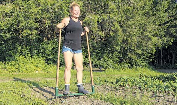 Camille pousse ses parents hors des sentiers battus. À même le site de la ferme, elle tient séances de yoga, célébrations de la fête nationale et soirées pour groupes de scouts.