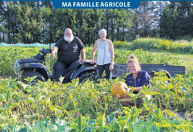 À la ferme Les Hôtes Épinettes, tout le monde s'implique aux champs. Camille Lussier réalise également des ventes alors que ses parents Alain et Dominique s'occupent de la gestion et de la machinerie. Photos: Jean-Marc Brais