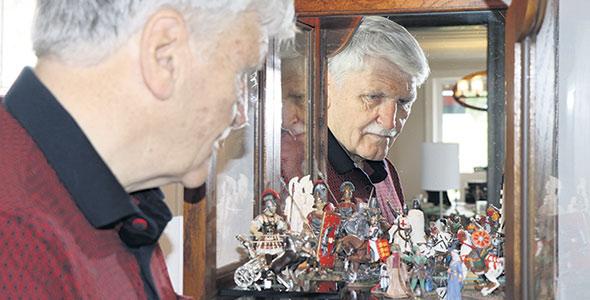 Roméo Dallaire admire quelques pièces de sa collection de soldats miniatures marquant plusieurs époques.