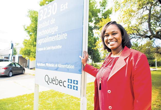 Aminata Dominique Diouf a choisi d'étudier à l'Institut de technologie agroalimentaire en raison de la renommée des pratiques agricoles canadiennes et parce qu'elle cherchait des cours en français. Les notions apprises lui ont ensuite permis de propulser son entreprise en Afrique. Photos : Martin Ménard / TCN