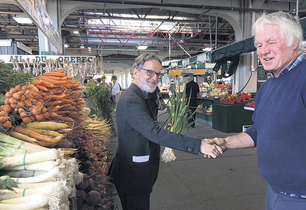 Le chef des activités d'alimentation de l'Hôpital Notre-Dame de Montréal, Jean-Marc Riverain, est venu acheter des légumes directement de la Ferme Jacques et Diane, de Saint-Michel, en Montérégie. Photo : Martin Ménard/TCN