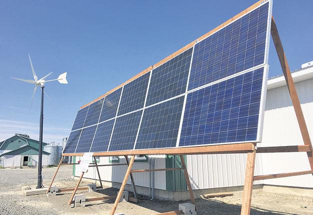 À l'extérieur de la bergerie, une éolienne et des panneaux solaires sont installés. Photos : Gracieuseté d'Audace Technologies