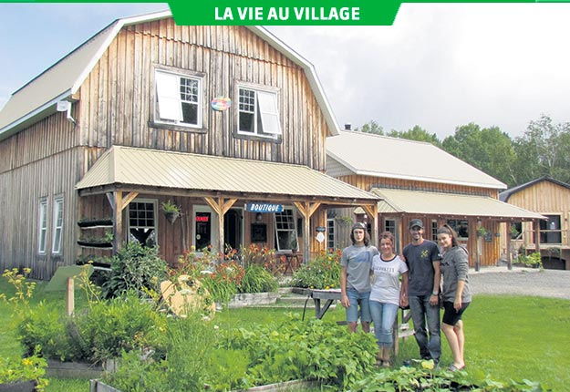 Lyna Bouchard, Éric Perreault et leurs deux enfants ont choisi le village de Notre-Dame-de-Lorette au lac Saint-Jean pour mettre sur pied leur projet agrotouristique. Photo : Gracieuseté de Lyna Bouchard