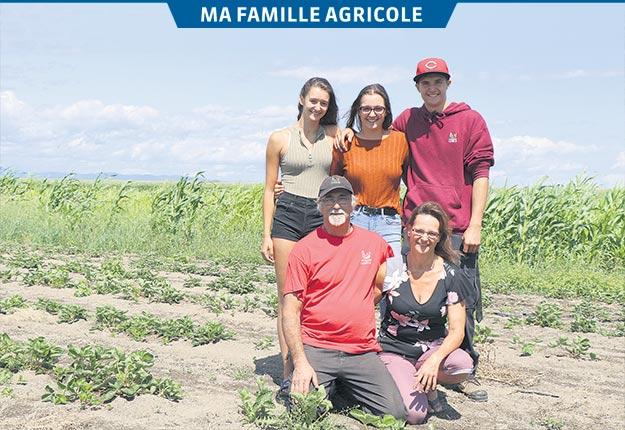 Alain Anctil et Sophie Demougeot en compagnie de leurs enfants Myriam, Lucie et Rémi. Photos: Maurice Gagnon