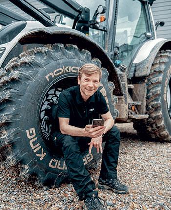 Matthew Crocker, directeur des produits numériques pour Nokian Heavy Tyres, a présenté la nouveauté de Nokian, à Ivalo, dans le nord de la Finlande, en juin dernier. Photo : Gracieuseté de Nokian Tyres