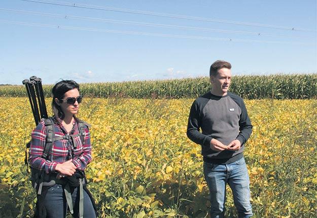 Avec l'agronome Valérie Bouthillier-Grenier, Matthew Dewavrin décrit ses pratiques culturales, dont la culture sur billons, les bandes alternées et le blé en intercalaire. Photos: Hubert Brochard
