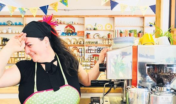 Claudie Tremblay a mis ses couleurs dans l'ancien magasin général de Donnacona. Photos : Émélie Bernier