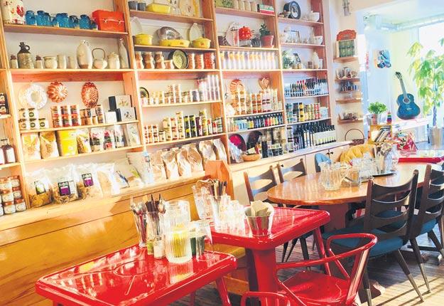 L'impressionnante sélection de produits du terroir québécois occupe un pan de mur complet chez L'Épicière de comté.