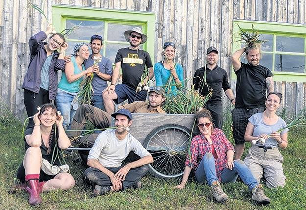 Un groupe de compagnons à la ferme À tout vent, de Saint-Germain-de-Kamouraska. Photo : Compagnons maraîcher.e.s