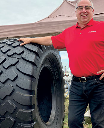 Daniel Ménard, directeur des ventes régionales pour Alliance Tire Group, se spécialise notamment dans les pneus pour citernes à fumier. Photo : Vincent Cauchy / TCN
