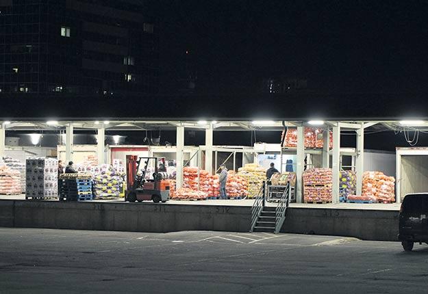 Les remorques réfrigérées qui bordent chacun des quais de la Place des producteurs laisseront leur place à un entrepôt réfrigéré au nouvel emplacement. C'est à cet endroit que les producteurs stockent les invendus lorsque le matin arrive. Photos : Martin Primeau / TCN