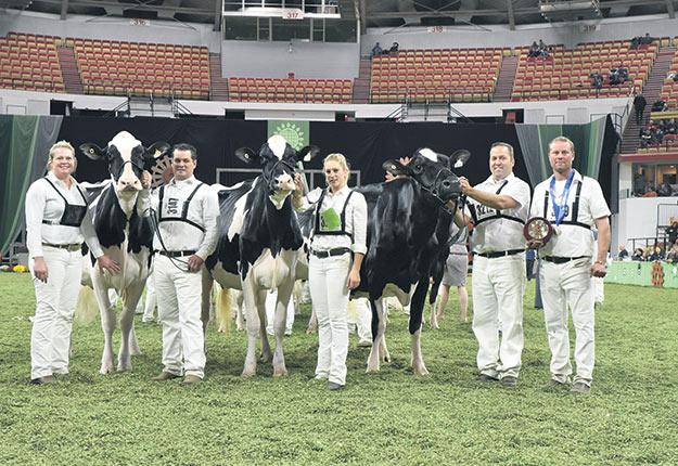 Dans la race Holstein, la Ferme Jacobs a remporté la bannière d'Éleveur. Sur la photo, ses représentants avec leurs sujets sacrés Meilleures trois femelles. Photo : Cowsmo