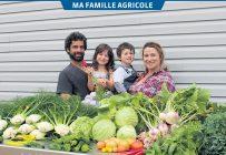 Après la récolte, David Hamel et Karine Masseau, accompagnés de leurs enfants Loïc et Anaïs, assemblent les paniers de légumes qui seront distribués plus tard dans la journée. Photos: Charles-Olivier Caron