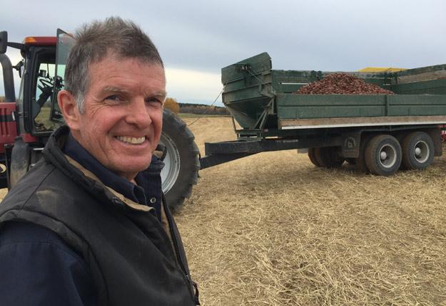Le producteur de pommes de terre Clément Gagnon rencontré à Saguenay alors qu'il lui restait 10 % de ses champs à récolter. Crédits photo : Martin Ménard/TCN