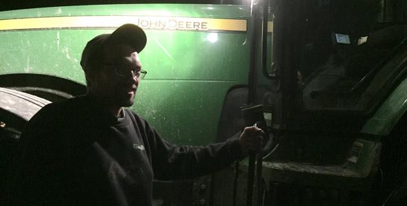 À Dolbeau-Mistassini, au Lac-Saint-Jean, Alexandre Montminy a permis au journaliste de La Terre de monter à bord de son tracteur en pleine noirceur.