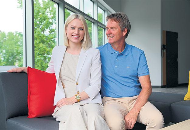 Stéphane Grisé s'assure de bien intégrer sa fille, Géraldine, au sein de l'équipe d'Olier Grisé.