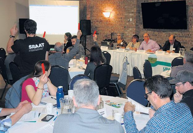 Les délégués de l'Abitibi-Témiscamingue avaient plusieurs messages, parfois émotifs, àtransmettre au gouvernement face à l'avenir de leur métier. Photo : Patrick Rodrigue