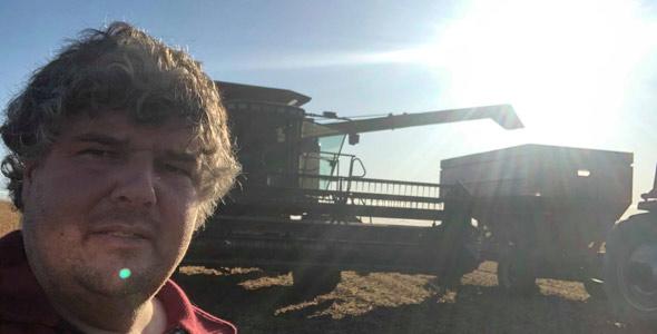 Malgré des semis hâtifs où il a dû contourner la neige, le Gaspésien Sébastien Brière vient de terminer sa récolte de soya, d'orge et de canola avec des rendements légèrement inférieurs à sa moyenne habituelle. Crédit photo : Gracieuseté de Sébastien Brière