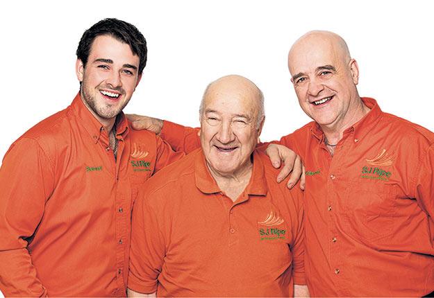 Samuel Jutras, maintenant propriétaire de la compagnie Les Sciures Jutras inc., Maurice Jutras, le grand-père de Samuel, et Clément Jutras, le père de Samuel.