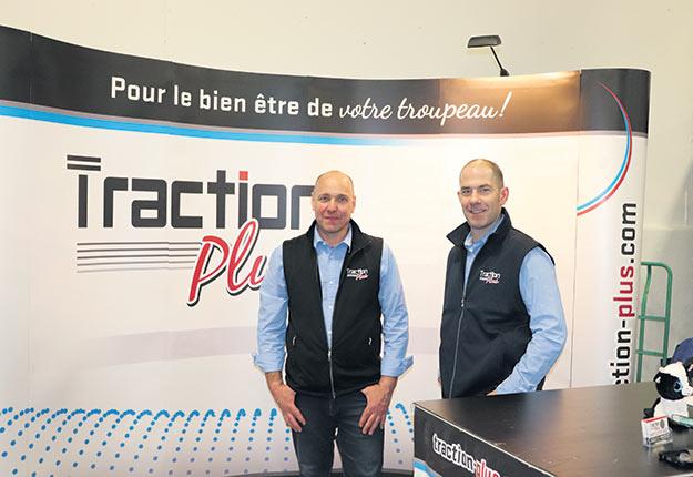 Louis Corbeil, consultant, et Andreas Rempfler, propriétaire et consultant de Traction Plus. Opter pour un plancher à rainures réalisé par un spécialiste est de loin la meilleure solution pour la santé des onglons.