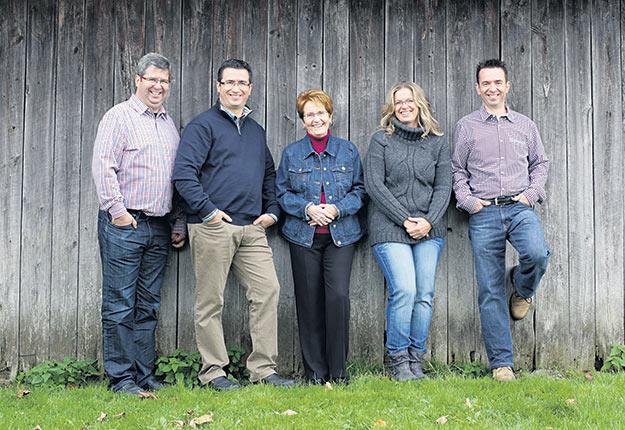 Dominique Martel (président-directeur général), Georges Jr Martel (directeur, planification et commercialisation), Denise Turcotte (fondatrice), Nathalie Martel (propriétaire du kiosque au Marché public de Drummondville) et Bernard Martel (directeur, élevage).