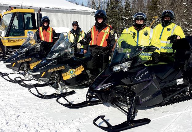 Les policiers de la Sûreté du Québec et les patrouilleurs des clubs de motoneige font du mieux qu'ils peuvent pour épingler ceux qui endommagent les terres agricoles, mais ils y parviennent rarement, selon le producteur Michel Payette. Photo : Denis Langevin