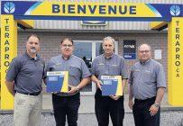 Pierre Besner de New Holland, Miville Landry et Roger Dubreuil, gérants de service chez Inotrac, et Michel Robert, directeur général d'Inotrac. Photo : Inotrac