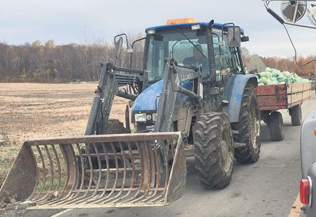 Les TET peuvent manœuvrer un tracteur au Québec avec un permis de conduire de leur pays d'origine, si la durée de son séjour est inférieure à six mois. Photo : Myriam Laplante El Haïli/TCN