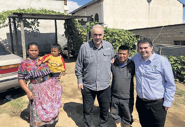 Berchmans (au centre) et Pascal Lecault (à droite) vont régulièrement voir leurs travailleurs au Guatemala. Ils sont ici en compagnie d'Irad et de sa famille, un chef d'équipe qui revient à la ferme depuis 15ans. Photo : Gracieuseté de Pascal Lecault