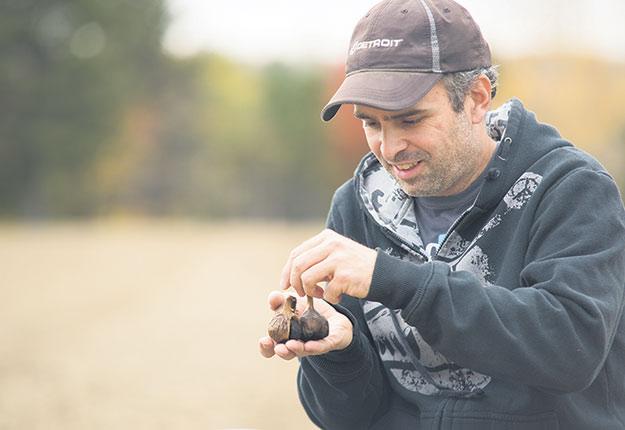 L'ail noir de François Thibeault est populaire dans la région du Saguenay–Lac-Saint-Jean. La promotion effectuée par l'organisme Zone boréale n'y est pas étrangère. Photo : Martin Ménard / TCN