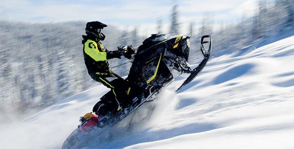 Avec son hybride équipé de crampons de 5cm de profil et d'un moteur850 cc à deux temps, le Pit Bro-Bro a vraiment bien performé, même dans 60cm de neige poudreuse.