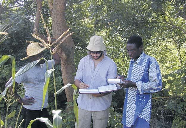 L'étudiant du professeur Watson fait des recherches sur le terrain au Bénin.