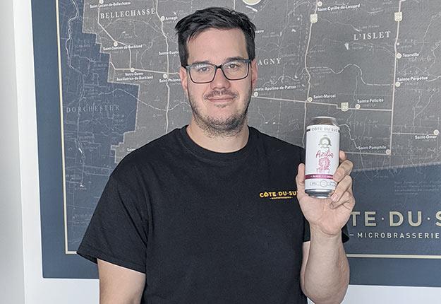 Le brasseur Maxime Laplante reprendra la production de sa bière Azilia grâce aux caseilles fournies par le producteur Mario Nadeau. Photo : Josée Poitras