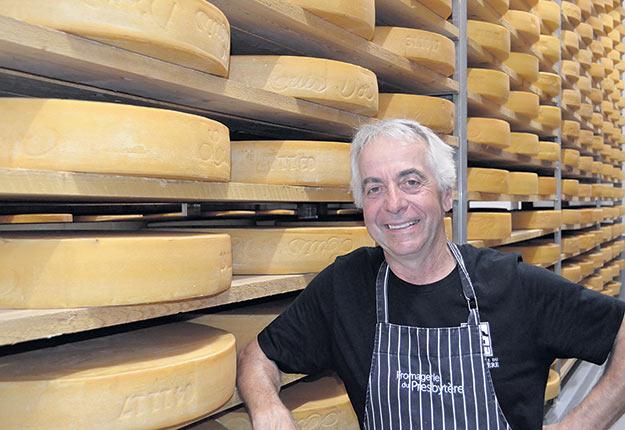 Jean Morin travaille à la conception d'un fromage ressemblant au Louis d'Or, composé à 50% de lait de chèvre et à 50% de lait de vache. Photo : Archives/TCN