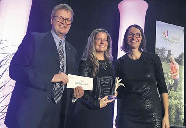 Josianne Desjardins a reçu le prix de journalisme Rosaline-Ledoux. Photo : ACRA