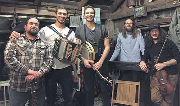 Le groupe de musique Le Diable à Cinq, ici à l'intérieur de la cabane à sucre familiale, à Ripon: André-Michel Dambremont, Félix, Samuel et Éloi Sabourin ainsi que Rémi Pagé. Le premier album intitulé Sorti de l'enfer est sorti en 2017.