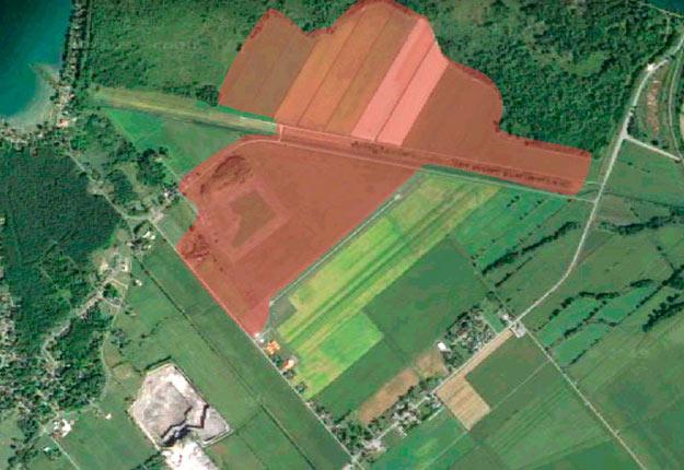 Parmi les terrains proposés en compensation par Hydro-Québec se trouve cette parcelle de 133,60 ha située à Saint-Stanislas-de-Kostka, où l'agriculture est déjà pratiquée en partie. Photo : Google Earth